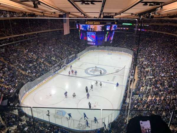 Madison Square Garden, section: 321, rangée: 2WC, siège: 4