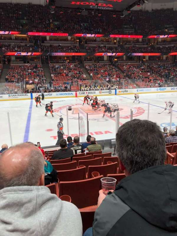 Honda Center, section: 223, rangée: L, siège: 4