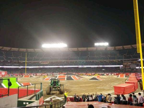 Angel Stadium, section: F101, rangée: W, siège: 4