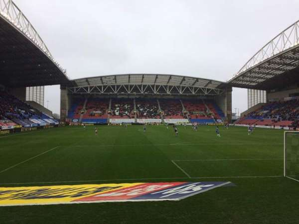DW Stadium, section: NS5, rangée: E, siège: 117