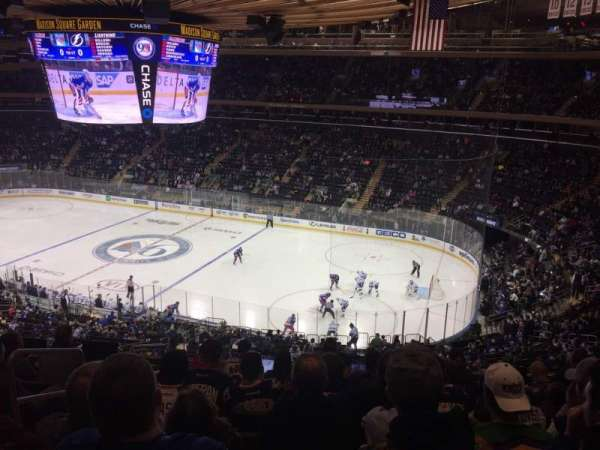 Madison Square Garden, section: 214, rangée: 8, siège: 1