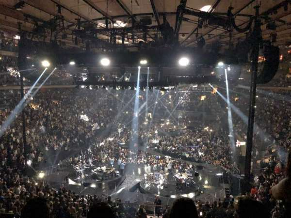 Madison Square Garden, section: 218, rangée: 3, siège: 14