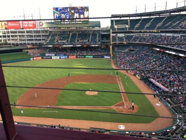 Globe Life Park in Arlington, section: 321, rangée: 1, siège: 7