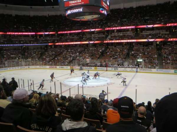 Honda Center, section: 221, rangée: Q, siège: 2