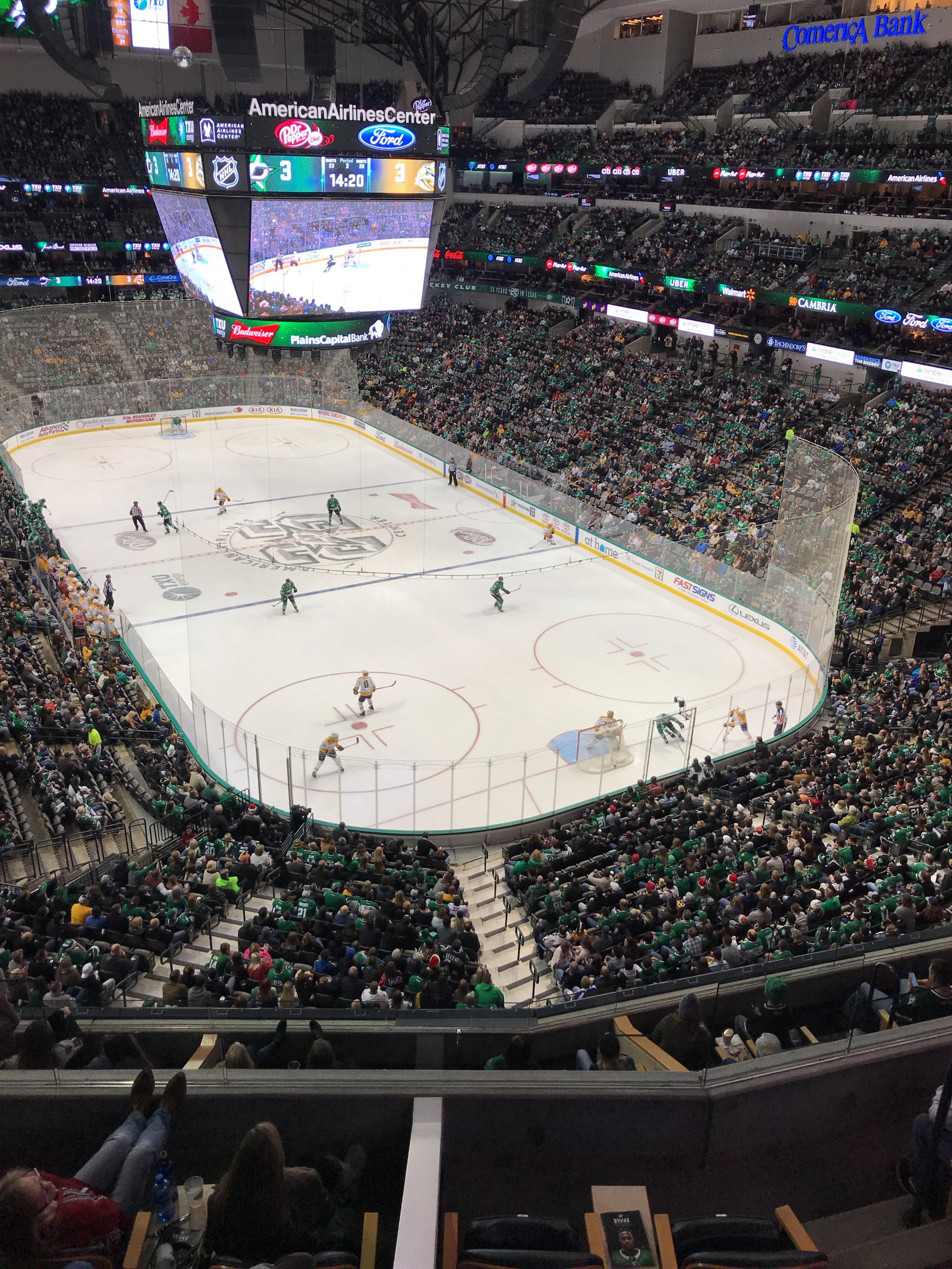 American Airlines Center Section 320 Rangée A Siège 13-14