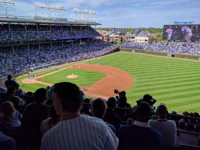Wrigley Field, section: Upper Reserved Outfield aisle , rangée: 4, siège: 106