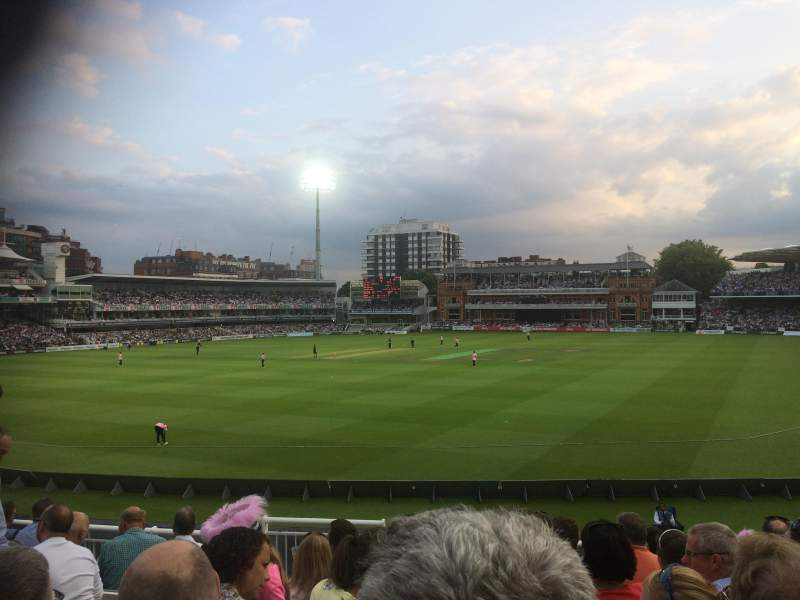 Vue de la place pour Lord's Cricket Ground Section Crompton Upper Stand Block 17 Rangée J Siège 87