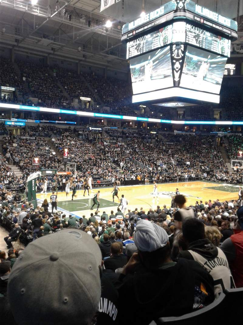 Vue de la place pour BMO Harris Bradley Center Section 203 Rangée R
