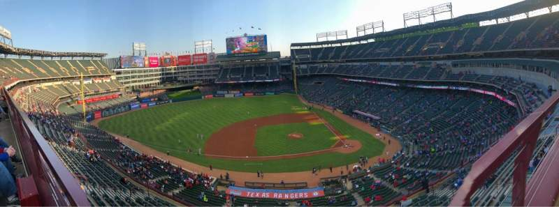 Globe Life Park in Arlington, section: 320, rangée: 1, siège: 3